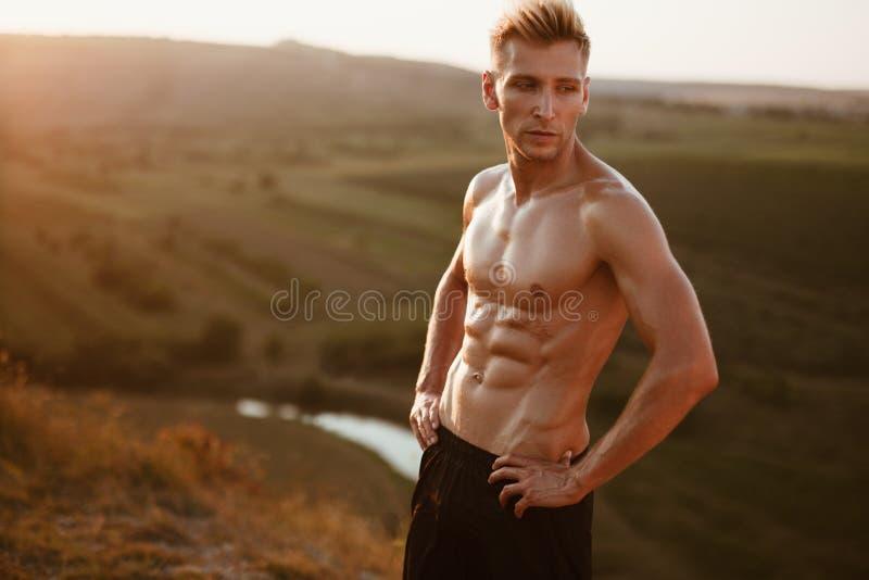 Muskulös man som poserar för kamera arkivbild