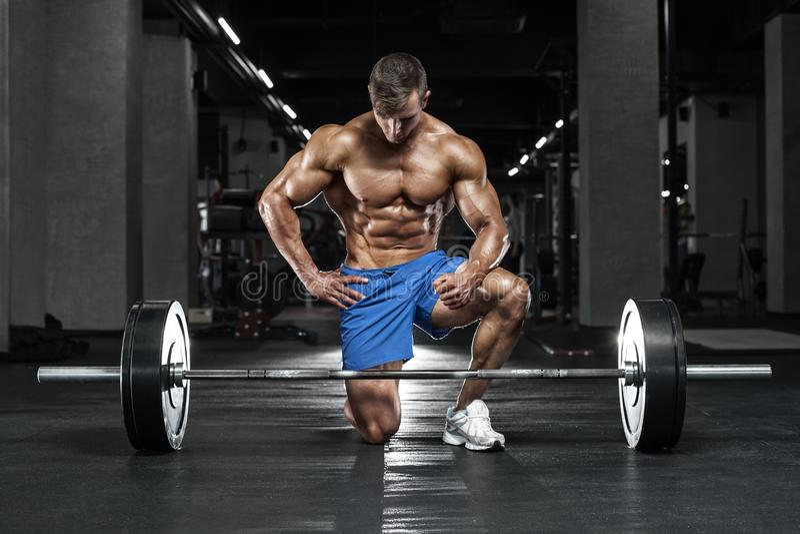 Muskulös man som utarbetar i idrottshall, kroppsbyggare Stark manlig naken torsoabs royaltyfri fotografi