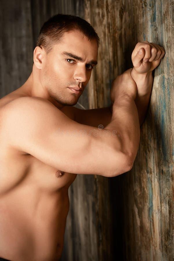 Muskulös man& x27; royaltyfri foto