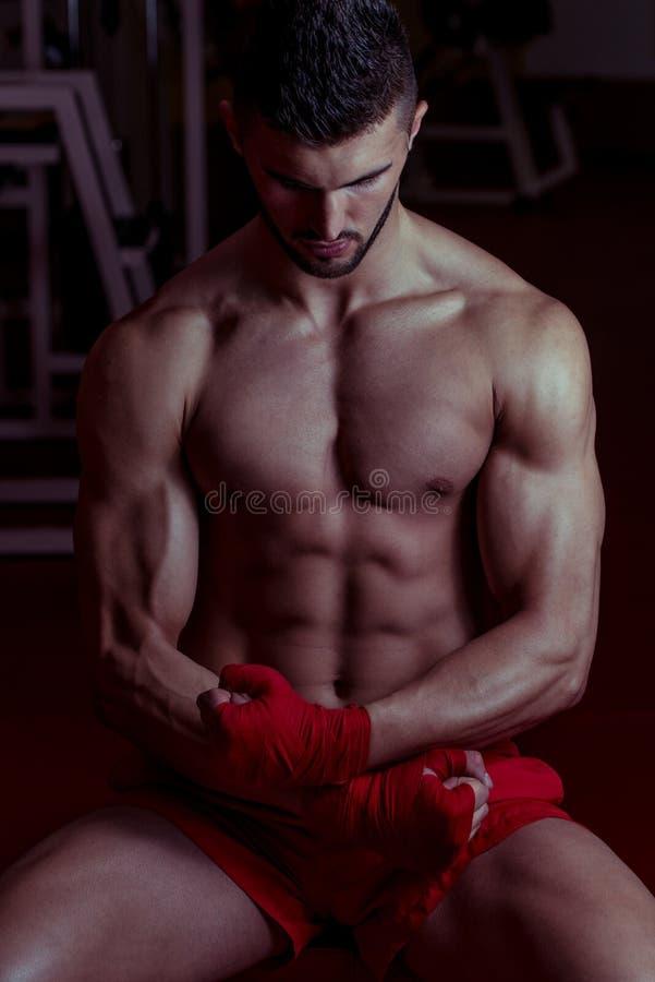 Muskulös Muttahida- Majlis-E-Amalkämpe som firar hans seger royaltyfria foton