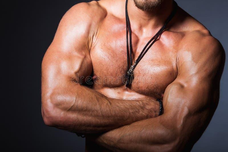 Muskulös och sexig torso av den unga sportiga mannen arkivfoto