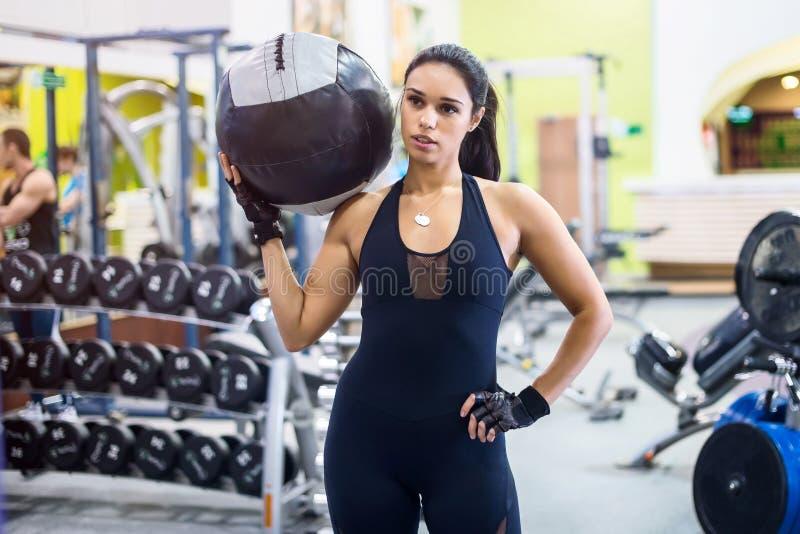 Muskulös passformkvinnagenomkörare i idrottshall stark kvinnlig royaltyfri fotografi