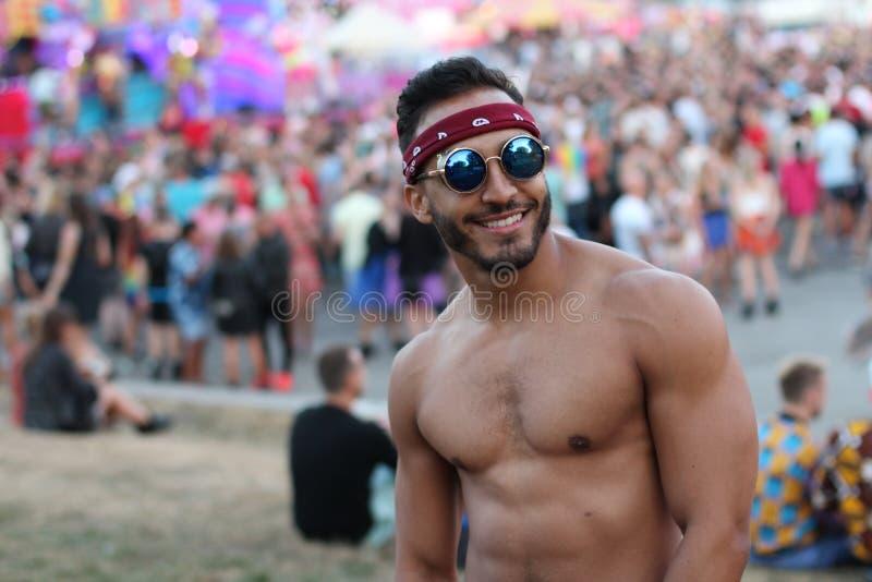 Muskulös sexig man i folkmassan royaltyfria foton