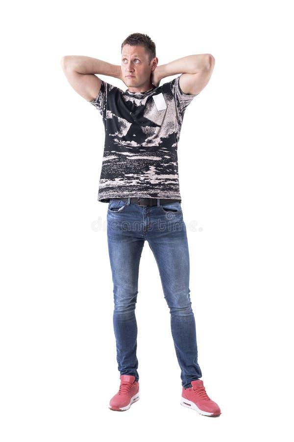 Muskulös stilig manmodemodell som ser posera upp med händer bak huvudet royaltyfri fotografi