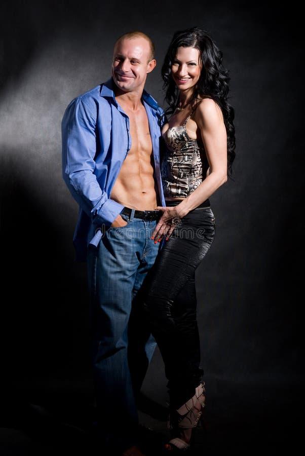 Muskulös stilig sexig man med den nätt kvinnan royaltyfri fotografi