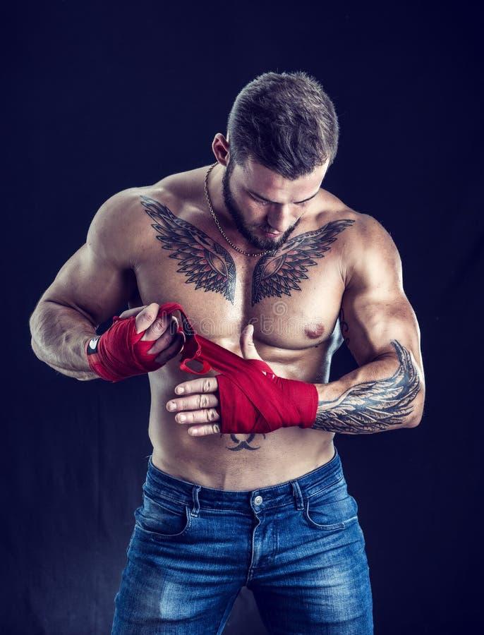 Muskulös topless boxareman mot svart royaltyfri foto