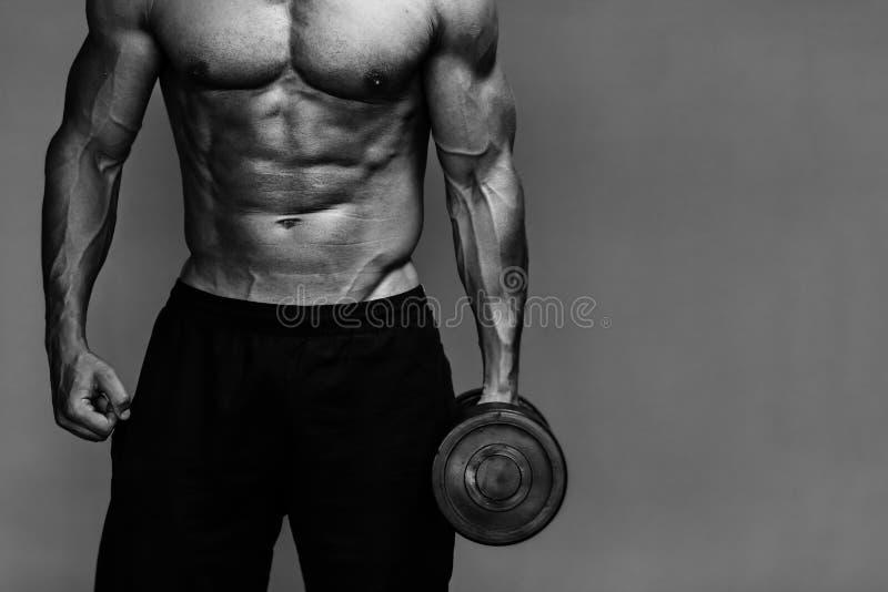 Muskulöser Bodybuilderkerlabschluß herauf Monochrom stockbild