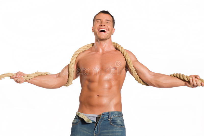 Muskulöser Erbauermann mit Seil lizenzfreies stockfoto