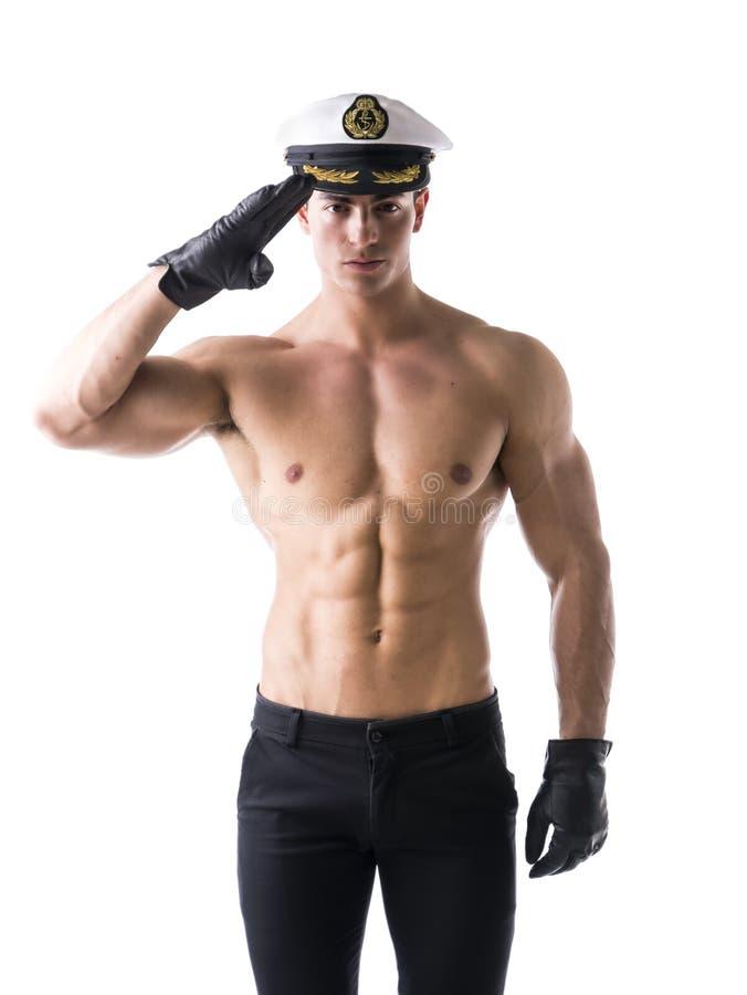 Muskulöser hemdloser männlicher Seemann mit Seehut stockbild