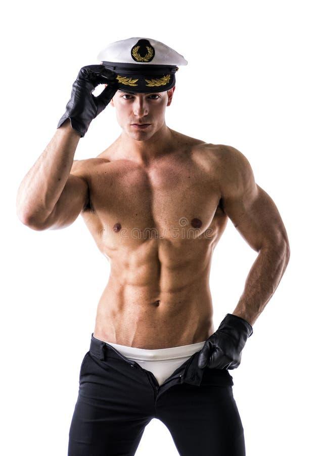 Muskulöser hemdloser männlicher Seemann mit Seehut lizenzfreies stockbild