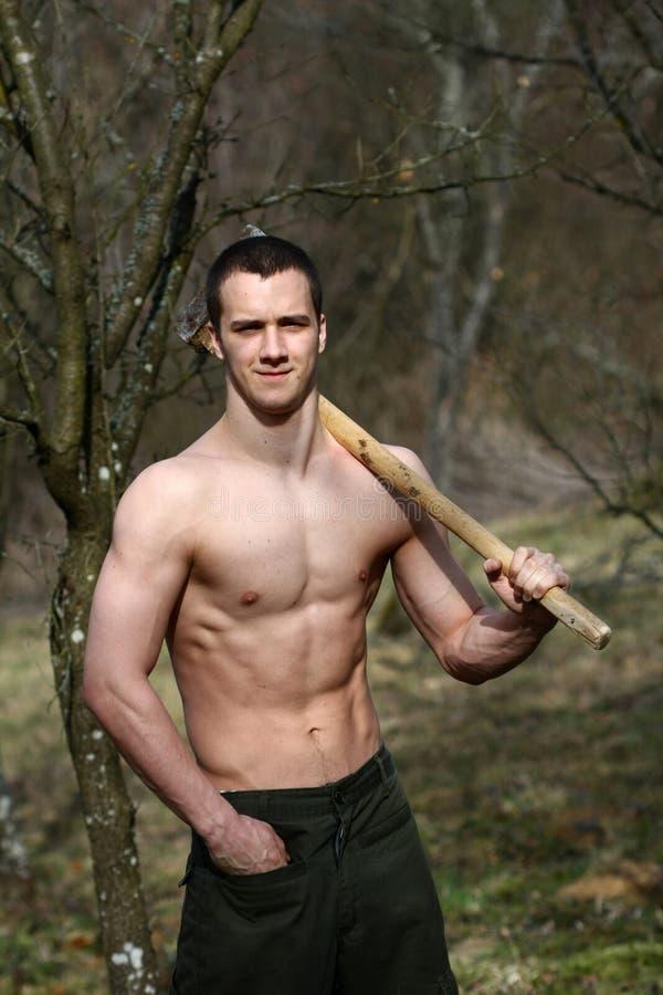 Muskulöser Holzfäller stockfoto