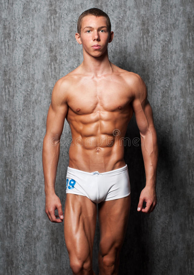 Muskulöser junger Mann stockfotografie