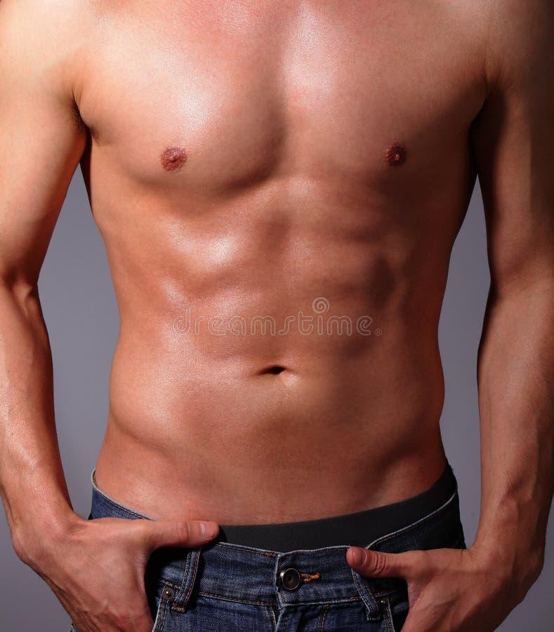 Muskulöser junger Mann lizenzfreie stockbilder