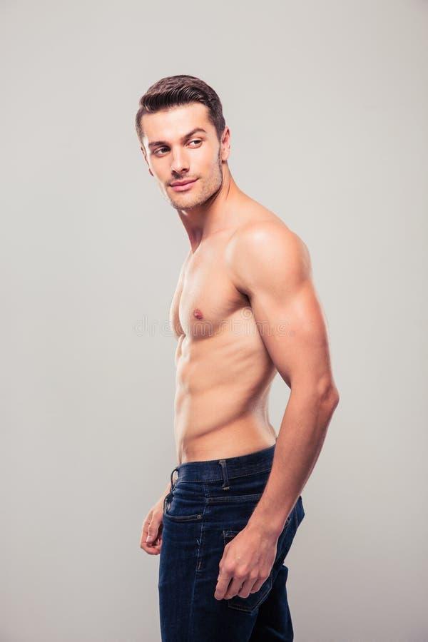 Muskulöser junger Mann, der weg schaut stockbilder
