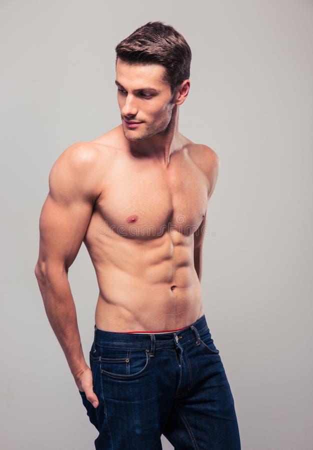 Muskulöser junger Mann, der weg schaut stockfotos