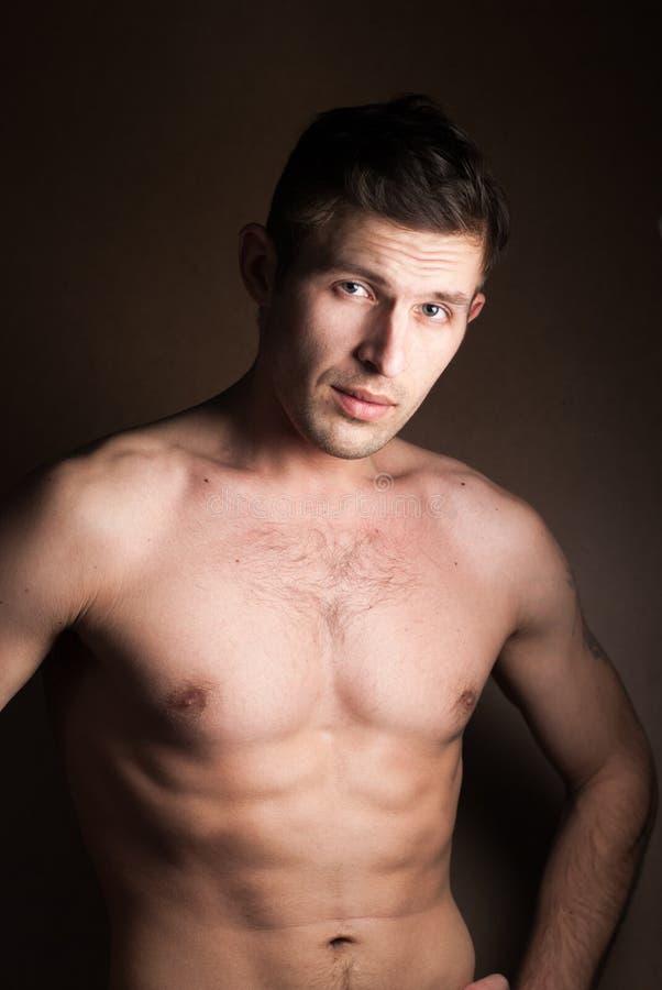 Muskulöser Kerl ohne ein Hemd lizenzfreies stockfoto