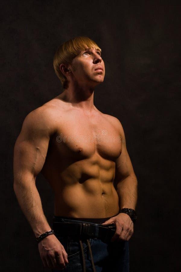 Muskulöser männlicher Bodybuilder stockfotos