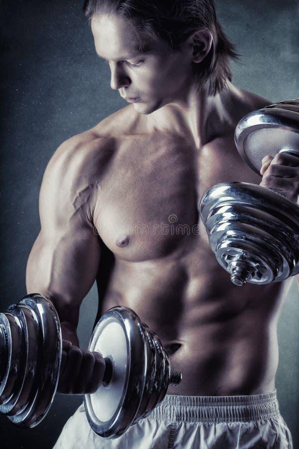 Muskulöser Mann lizenzfreie stockfotografie