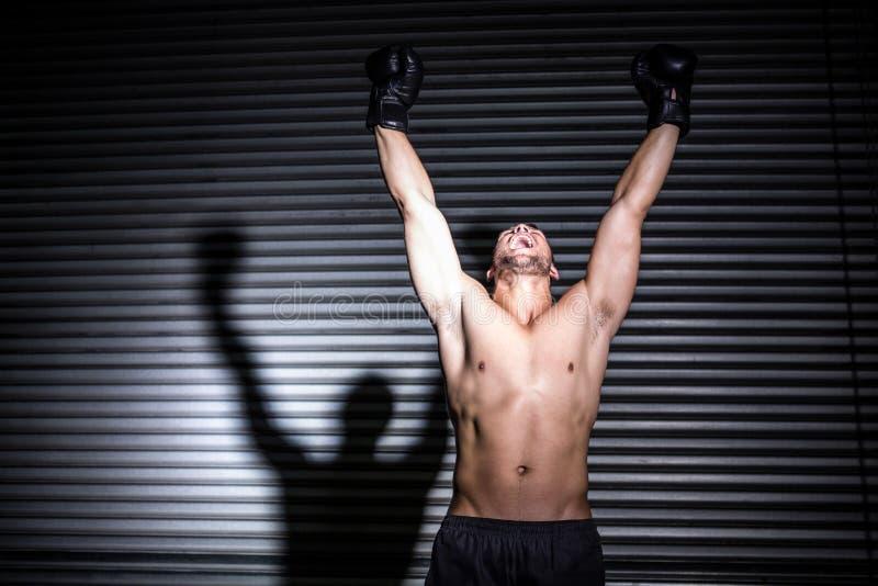 Muskulöser Mann, der in der Luft locht lizenzfreie stockfotos