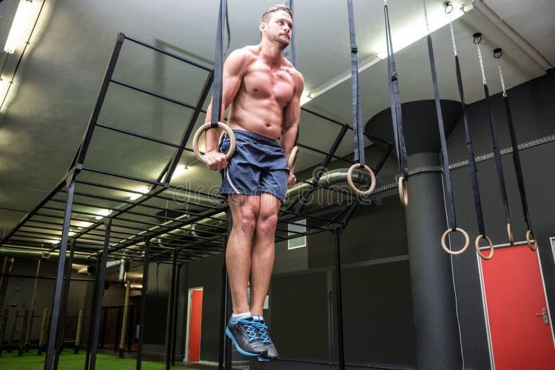 Muskulöser Mann, der Ringgymnastik tut lizenzfreie stockbilder