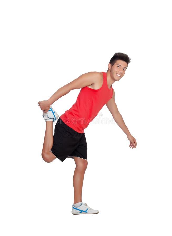 Muskulöser Mann, der seine Beine nach der Ausbildung ausdehnt lizenzfreies stockfoto