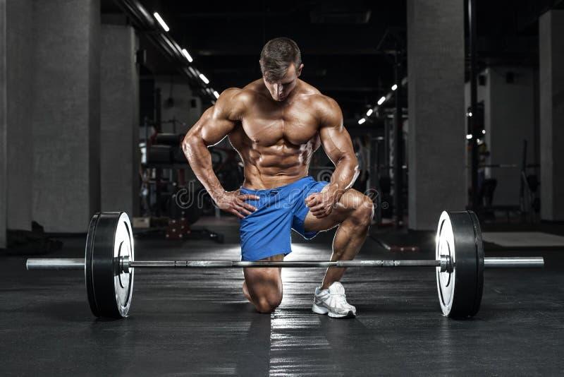 Muskulöser Mann, der in der Turnhalle, Bodybuilder ausarbeitet Starke männliche nackte Torso-ABS lizenzfreie stockfotografie