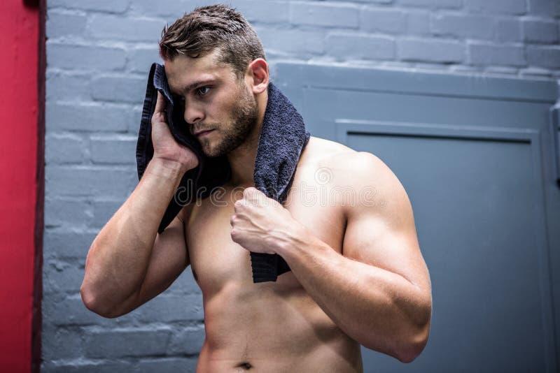 Muskulöser Mann mit einem Tuch stockfotografie