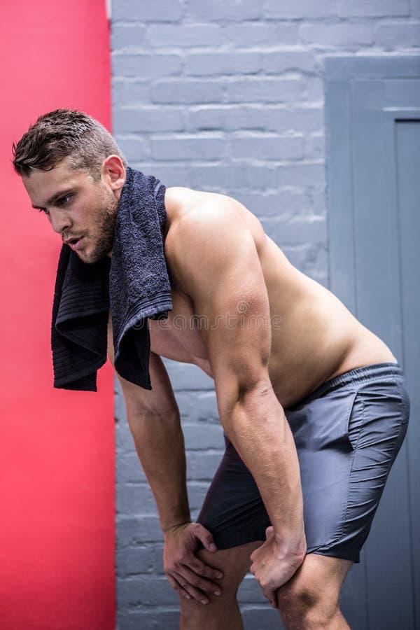 Muskulöser Mann mit einem Tuch lizenzfreies stockbild