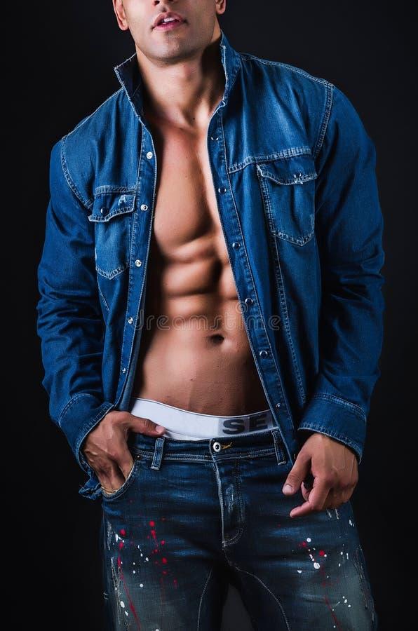 Muskulöser Mann mit Jacke stockfotografie
