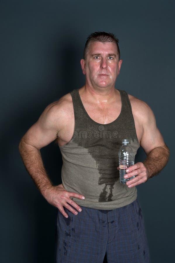 Muskulöser Mann mit Tafelwaßer lizenzfreies stockbild