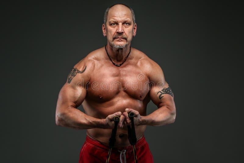 Muskulöser Mittelaltermann, der seine muscules zeigt stockbilder