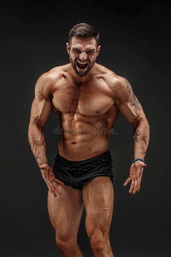 Muskulöser schreiender Mann stockfotos