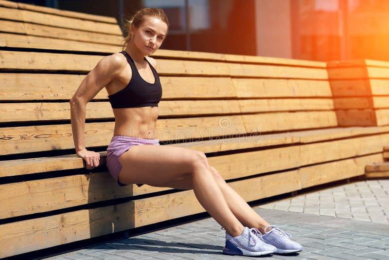 Muskulöses Mädchen Strrong, welches die abdominals pumpt stockfotos
