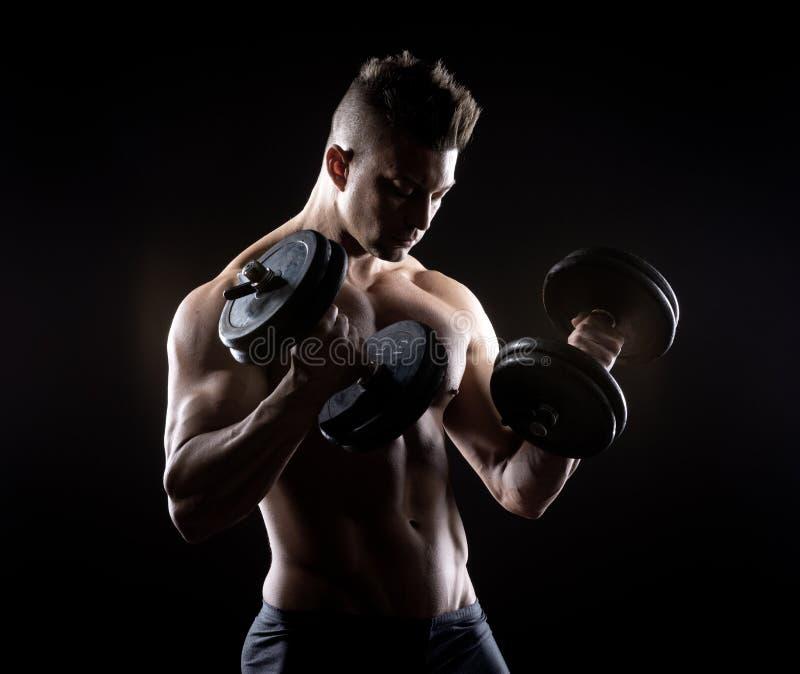 Muskulöses Manngewichtheben lizenzfreie stockfotos