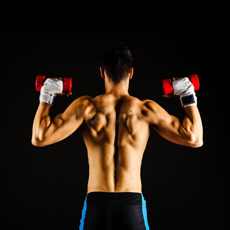 Muskulöses Manntrainieren lizenzfreies stockbild
