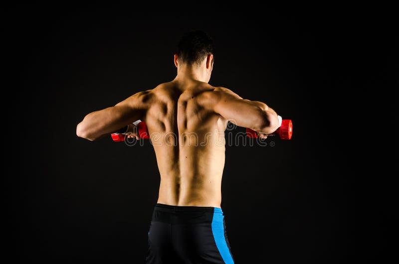 Muskulöses Manntrainieren lizenzfreies stockfoto