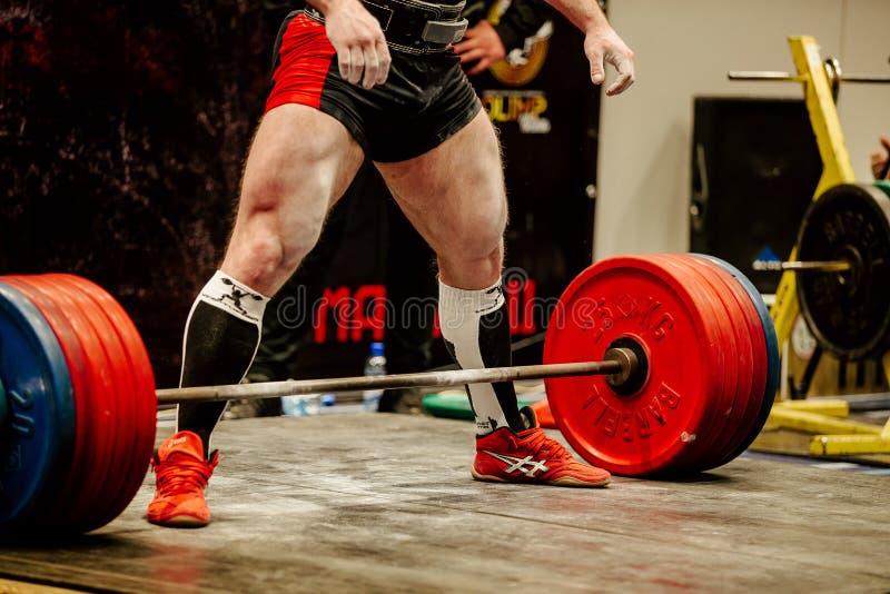 muskulöses powerlifter, das für Übung deadlift sich vorbereitet lizenzfreies stockbild