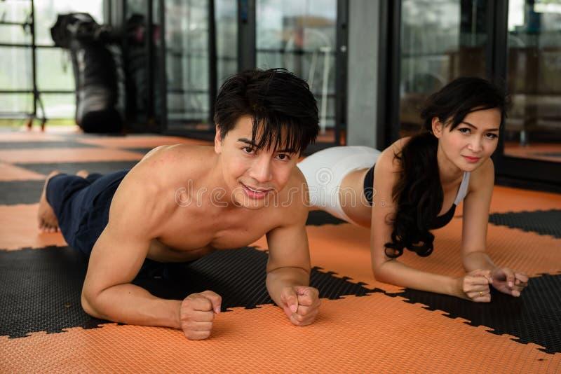 Muskulöst asiatiskt leendeparplank i kondition royaltyfria foton