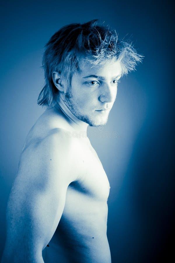 muskulöst barn för attraktiv man royaltyfria foton