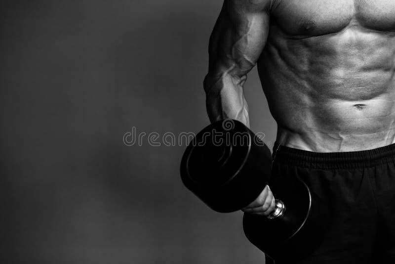 Muskulöst kroppsbyggaregrabbslut upp monokrom royaltyfria foton