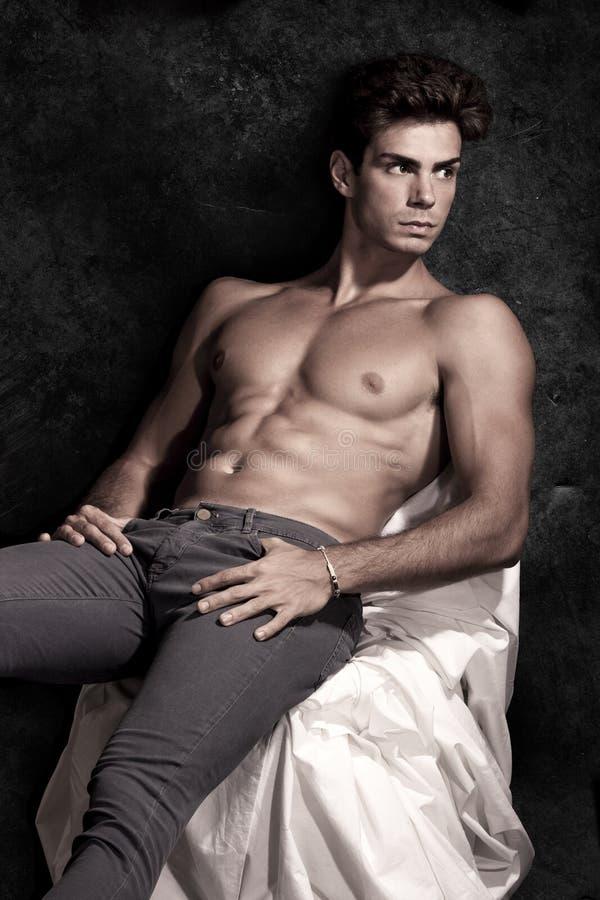 Muskulöst mansammanträde för italiensk modell shirtless stående arkivbild