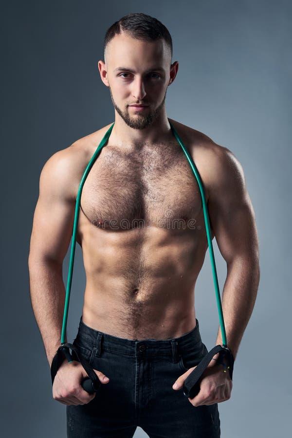 Muskulöst shirtless mananseende med expanderen över skuldror arkivbilder