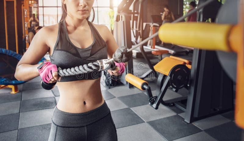 Muskul?s konditionkvinna som g?r ?vningar sund livsstil f?r begrepp Arg färdig kroppsbyggare i idrottshallen fotografering för bildbyråer