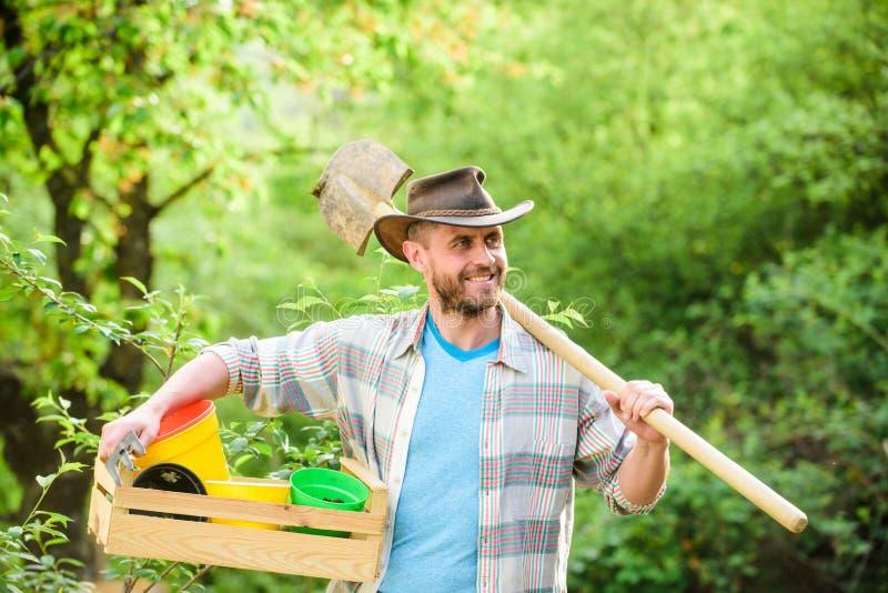 muskul?s ranchman i cowboyhatt Eco jordbruksarbetare Lycklig jorddag f?r sk?rd Eco living Lantbruk och jordbruk Tr?dg?rd royaltyfri fotografi