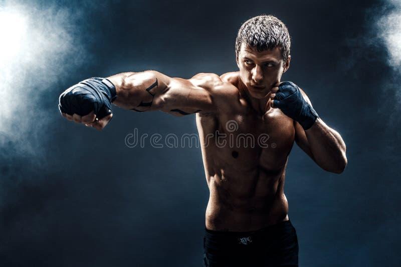 Muskul?s topless k?mpe i boxninghandskar royaltyfri fotografi