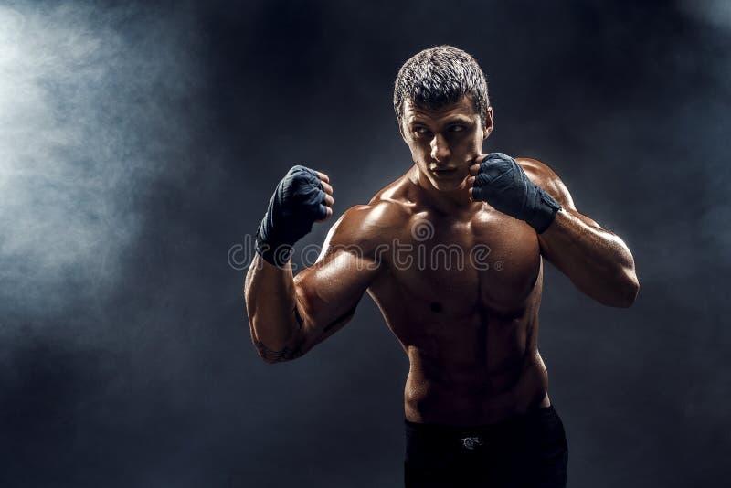 Muskul?s topless k?mpe i boxninghandskar royaltyfria foton