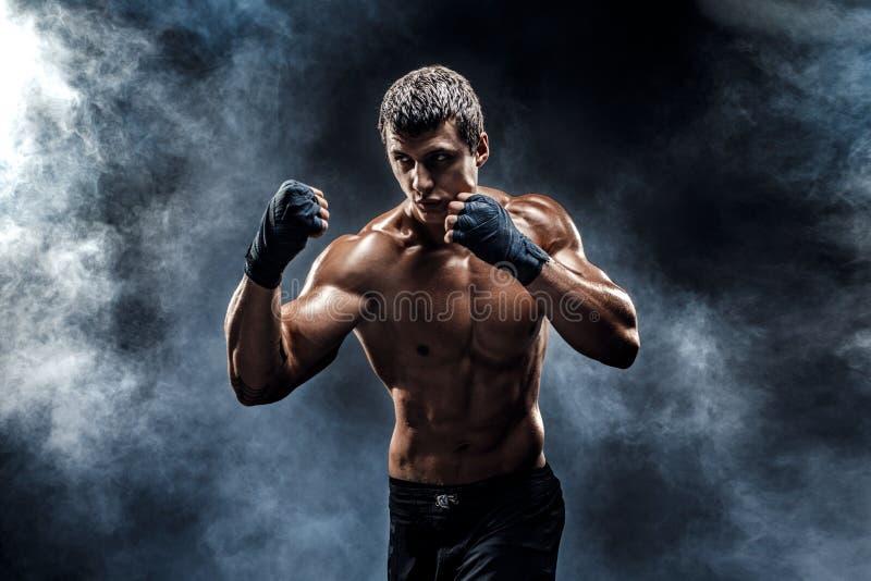 Muskul?s topless k?mpe i boxninghandskar royaltyfri bild