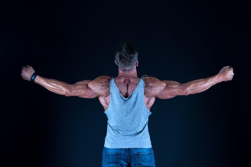 Muskul?ser Athlet des Mannes Stolz auf ausgezeichnete Form Gesund und stark Bodybuilderkonzept M?nnlichkeit und Sport improve stockfoto