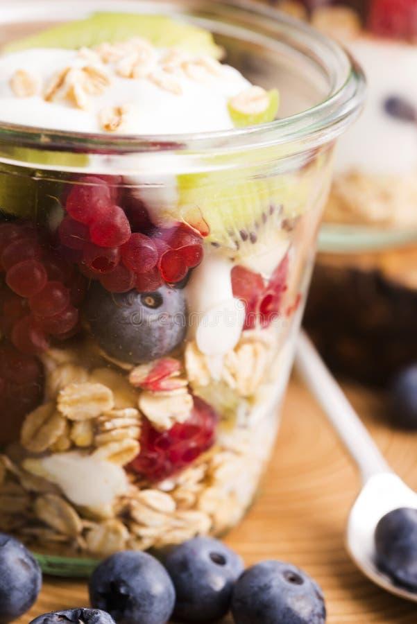 Musli serviu com joghurt e frutos frescos foto de stock royalty free