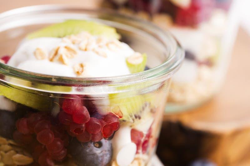 Musli serviu com joghurt e frutos frescos fotografia de stock royalty free